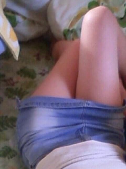 【美脚エロ画像】うつ伏せ膝枕良いですか?顔面預けたくなるムッチリ太ももwww 03