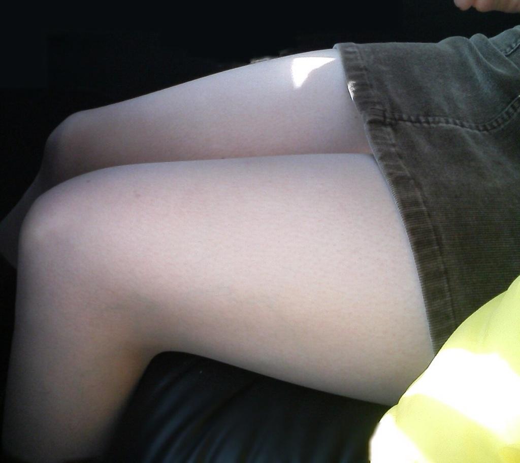 【美脚エロ画像】うつ伏せ膝枕良いですか?顔面預けたくなるムッチリ太ももwww 14
