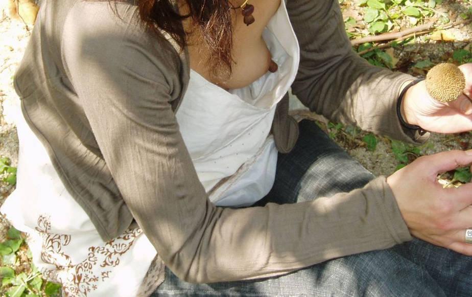 【胸チラエロ画像】どこかの誰かの乳首が簡単に…ってとても素晴らしい事www 07
