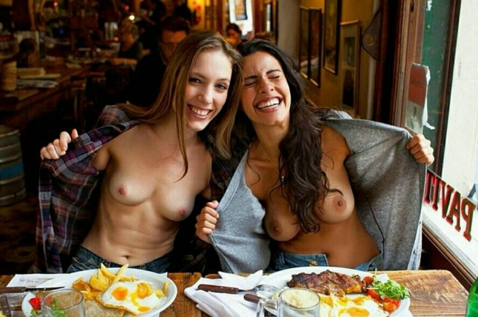 【露出エロ画像】陽気に出しますねw外人さんがデートついでに生乳お披露目www 14