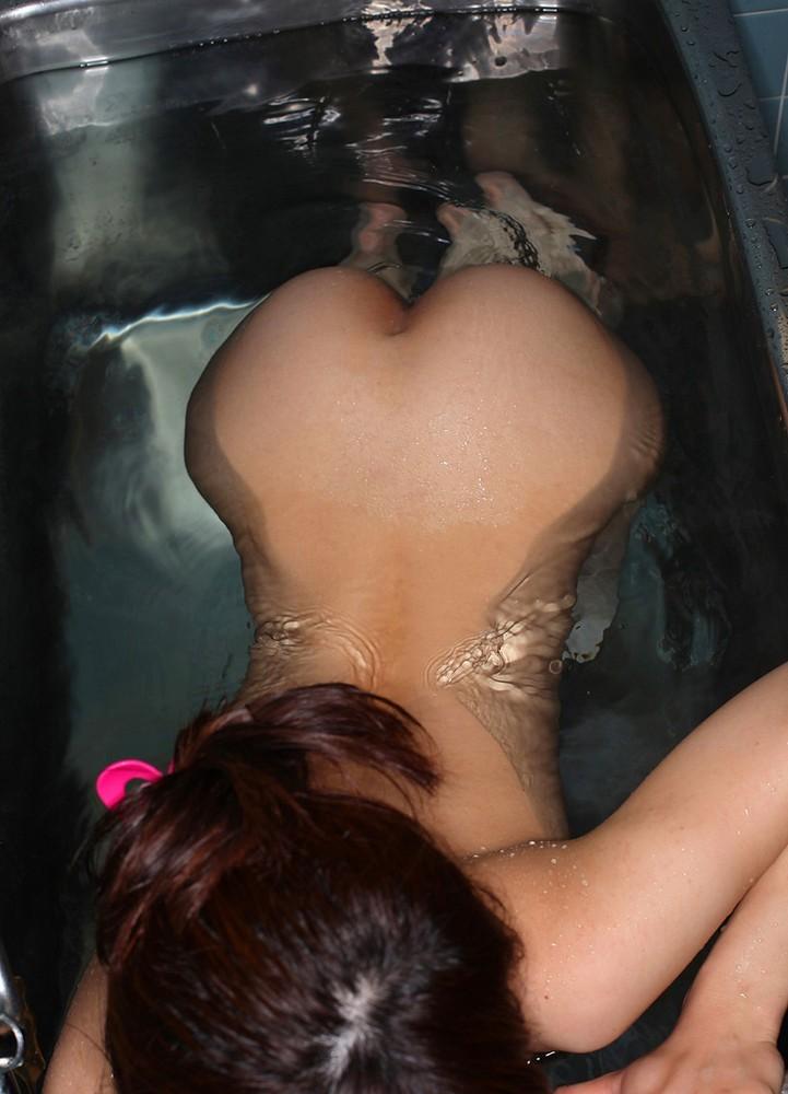 【美尻エロ画像】濡れるだけで卑猥になる女体!お尻とて例外ではなくwww 13