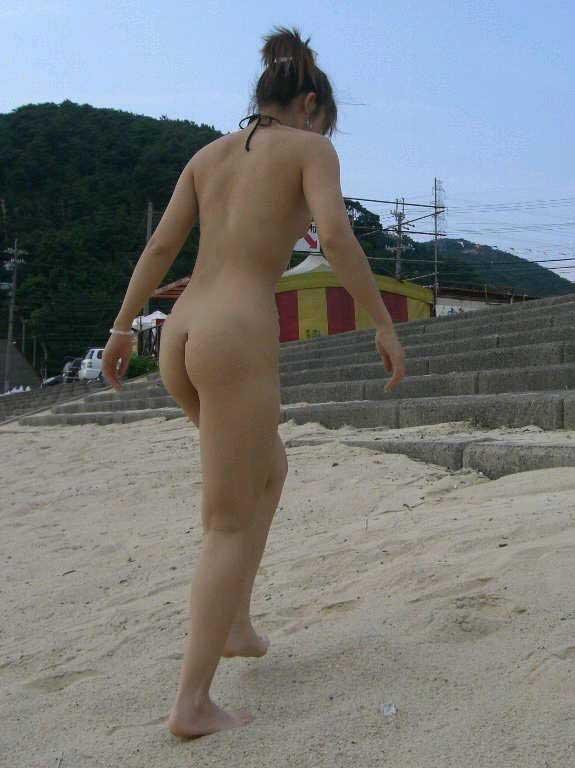 【露出エロ画像】水着すらも着ていられませんか…海と露出愛好家たちwww 01