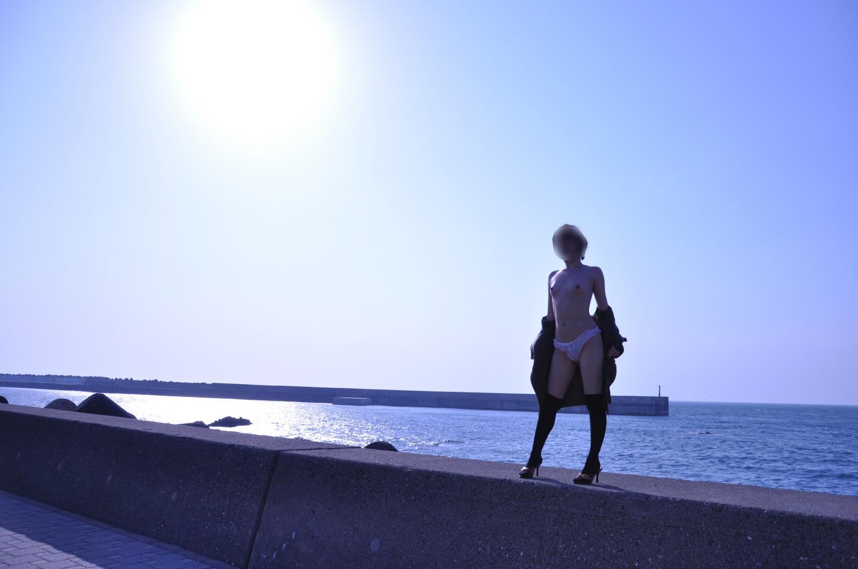 【露出エロ画像】水着すらも着ていられませんか…海と露出愛好家たちwww 04
