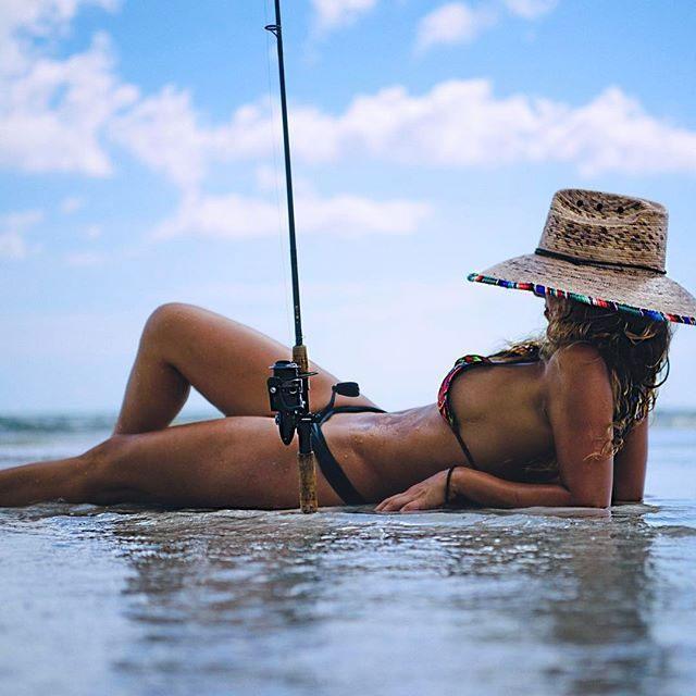 【海外エロ画像】釣果よりも気になるえちぃ後ろ姿な海外ビキニ釣り人www 04