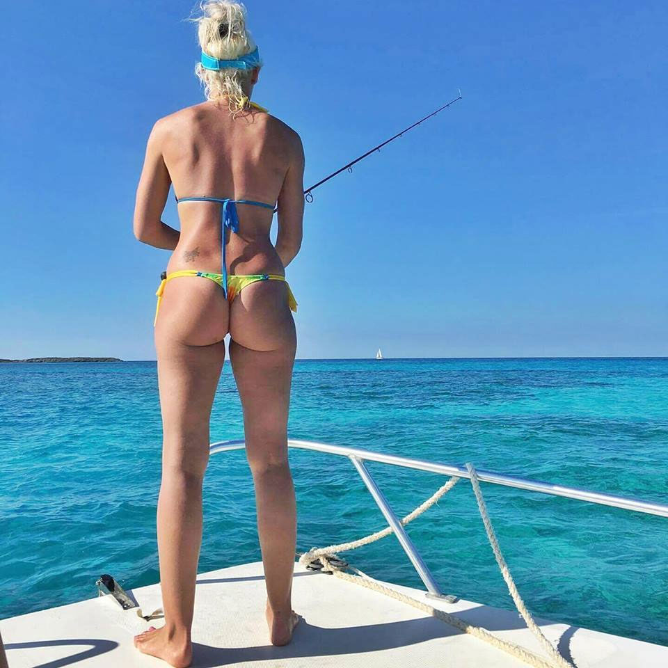 【海外エロ画像】釣果よりも気になるえちぃ後ろ姿な海外ビキニ釣り人www 05