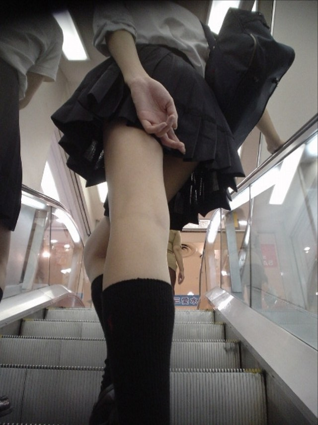 【水着エロ画像】立ち会えたら超強運!水着から生乳ポロリの瞬間www 10