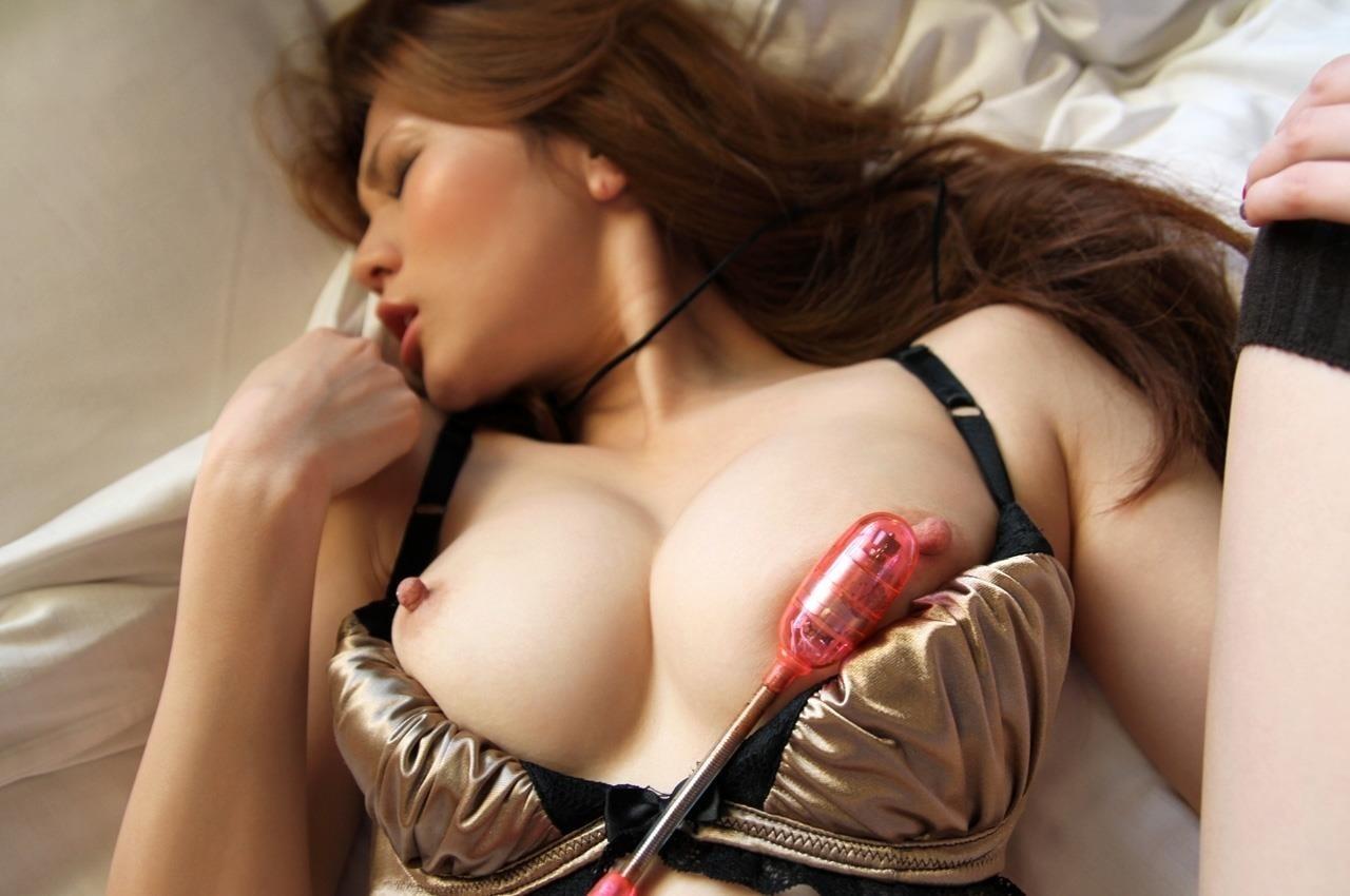 【玩具エロ画像】簡単に勃つほど効果的!敏感乳首をおもちゃで刺激www 03