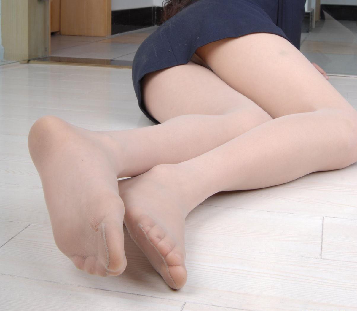 【足裏エロ画像】どんな美女のでもまずは洗ってからw舐めてみたい女の足裏www 05