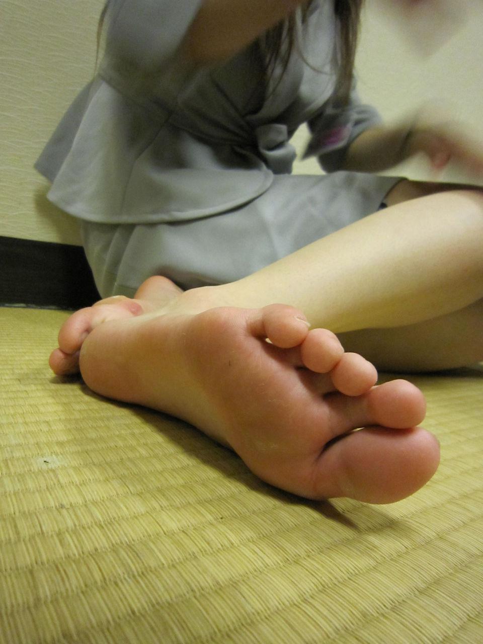 【足裏エロ画像】どんな美女のでもまずは洗ってからw舐めてみたい女の足裏www 13