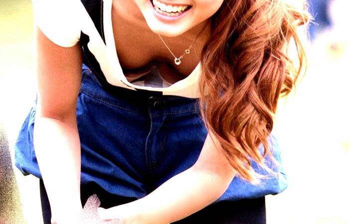 【胸チラエロ画像】ママさんったら!我が子の為に晒した豊かな胸元www 001