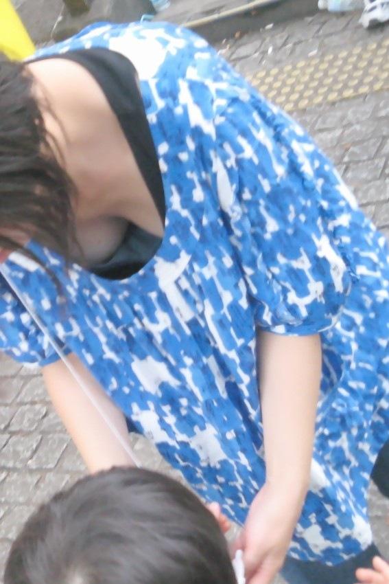 【胸チラエロ画像】ママさんったら!我が子の為に晒した豊かな胸元www 05