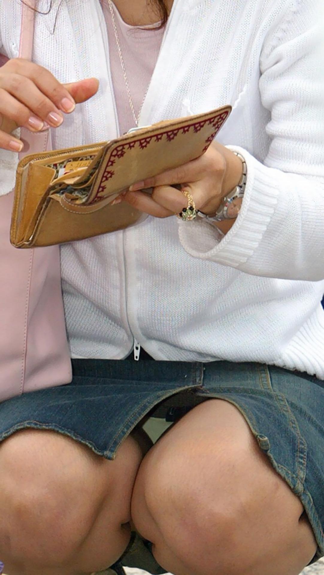 【パンチラエロ画像】そんな簡単でいいの?見せ過ぎ傾向な座りチラ女子www 09