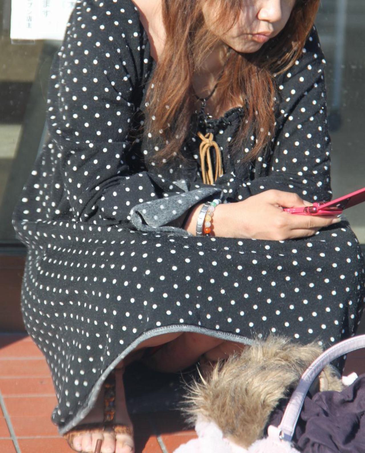 【パンチラエロ画像】そんな簡単でいいの?見せ過ぎ傾向な座りチラ女子www 10