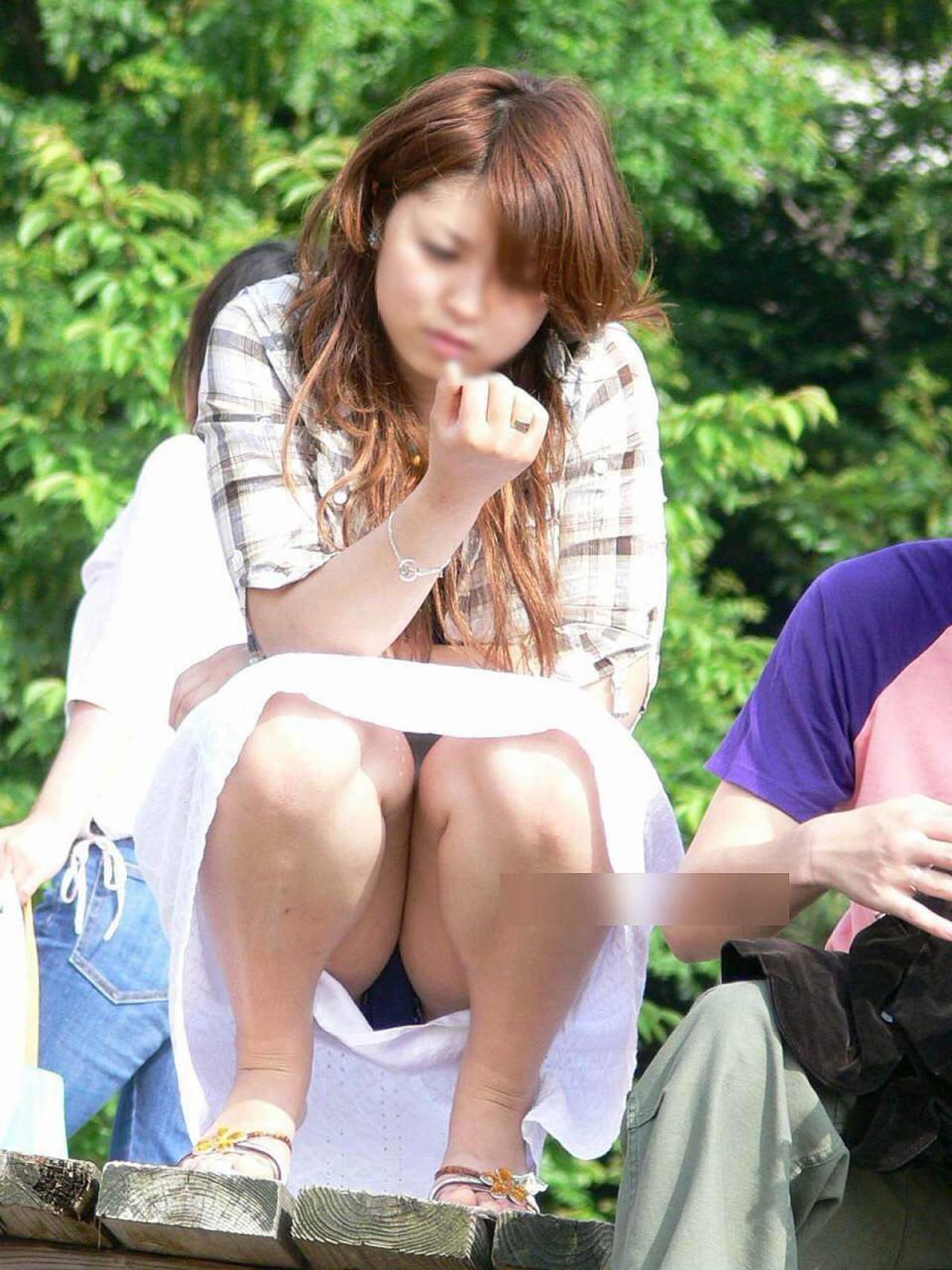 【パンチラエロ画像】そんな簡単でいいの?見せ過ぎ傾向な座りチラ女子www 11
