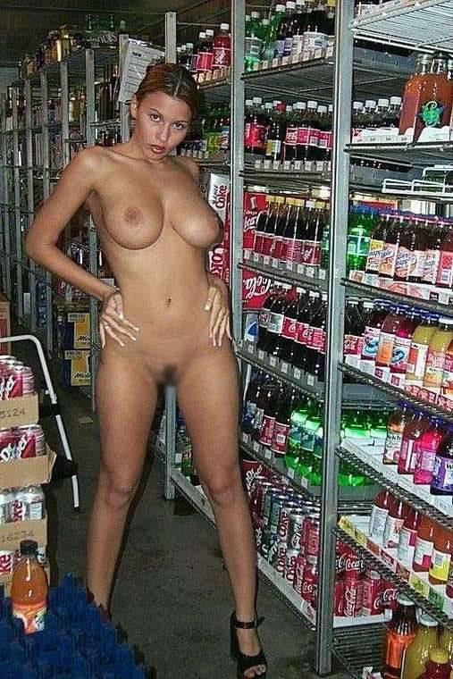 【露出エロ画像】営業妨害でしょw脱ぎながら冷やかす店内の露出外人さんwww 04