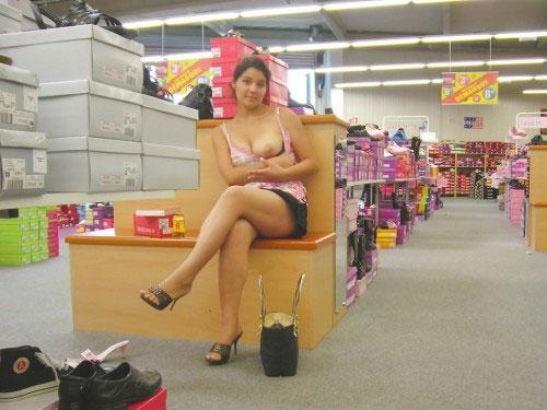 【露出エロ画像】営業妨害でしょw脱ぎながら冷やかす店内の露出外人さんwww 06