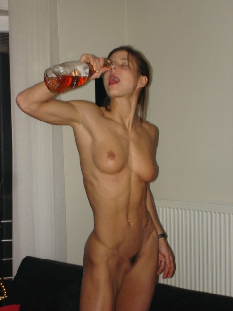 【泥酔エロ画像】一緒に飲んでみたいなw酔ったら乳出す海外お姉さん達www 05