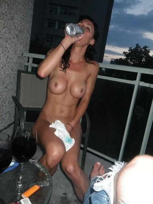 【泥酔エロ画像】一緒に飲んでみたいなw酔ったら乳出す海外お姉さん達www 09