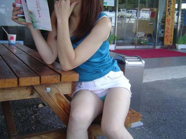 【パンチラエロ画像】座り込んだらさあ正面へw腰を下ろした女子たちの生パン観察www 03