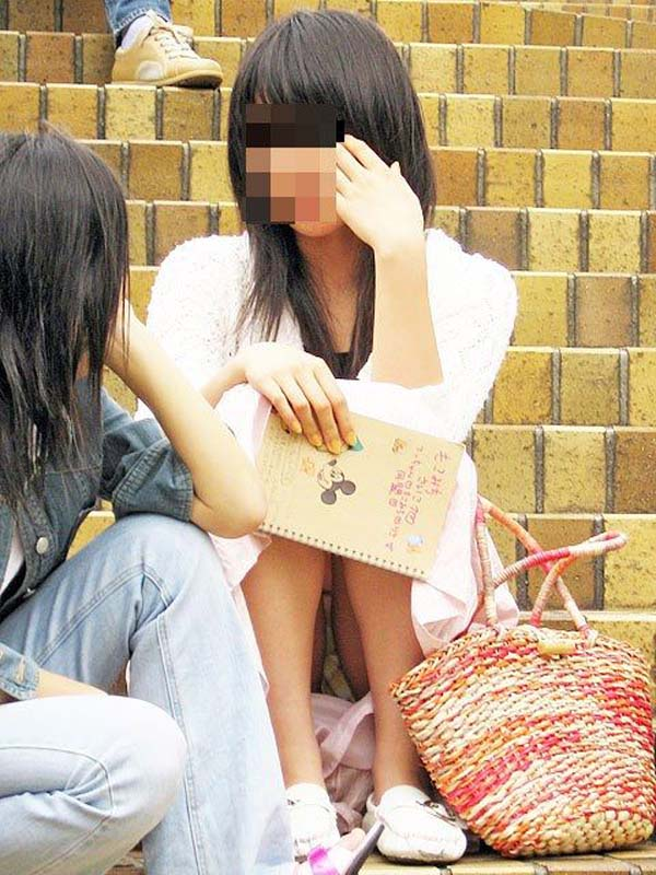 【パンチラエロ画像】座り込んだらさあ正面へw腰を下ろした女子たちの生パン観察www 07
