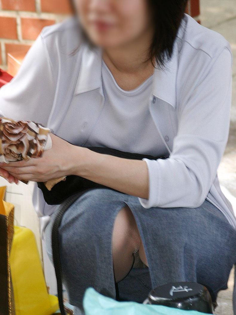 【パンチラエロ画像】座り込んだらさあ正面へw腰を下ろした女子たちの生パン観察www 08