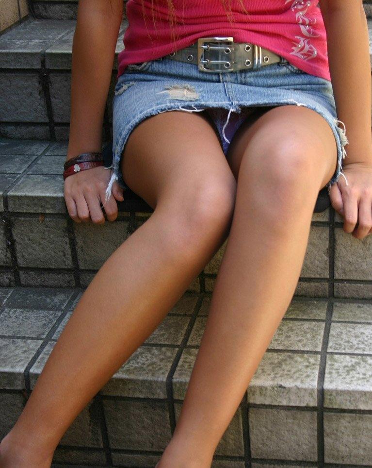 【パンチラエロ画像】座り込んだらさあ正面へw腰を下ろした女子たちの生パン観察www 14