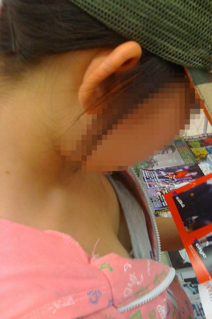 【胸チラ】首と鼻の下注意しなきゃ大変な事になりそうな深めの胸チラwww 06