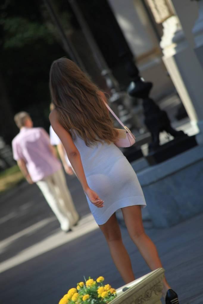 【下着透けエロ画像】形わかるのに平気な街のパンツ浮き透けた着尻www 02
