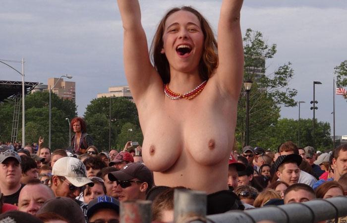 【露出エロ画像】スポーツ好きな女に注意!熱が上がれば乳出す海外サポーター達www 001