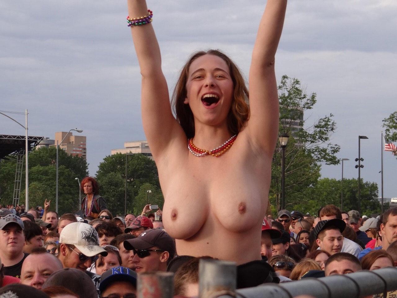 【露出エロ画像】スポーツ好きな女に注意!熱が上がれば乳出す海外サポーター達www 06