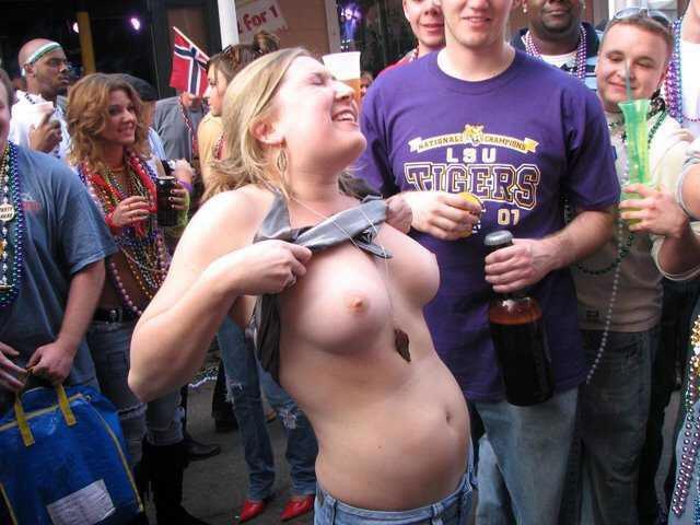 【露出エロ画像】スポーツ好きな女に注意!熱が上がれば乳出す海外サポーター達www 07