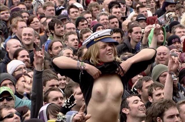 【露出エロ画像】スポーツ好きな女に注意!熱が上がれば乳出す海外サポーター達www 12