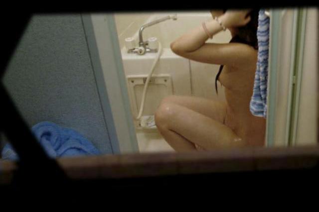 【覗きエロ画像】たまたま開いてたから目撃!民家の窓から見えた裸体www 10