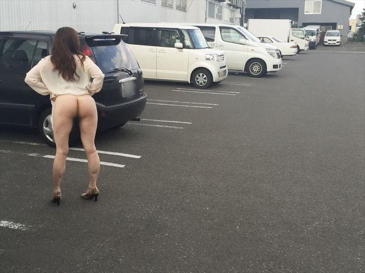 【露出エロ画像】誰にも止められない性癖wスリルを求めて露出する人々www 11