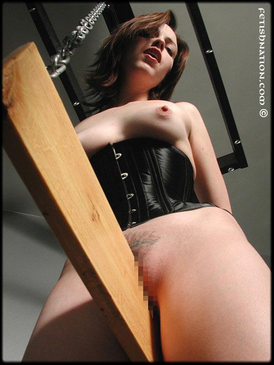 【SMエロ画像】お股が裂けちゃう…楽しいかはその人次第な木馬プレイwww 04