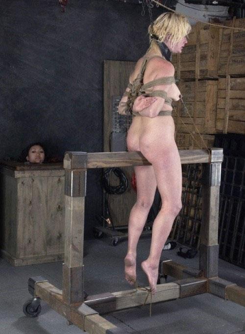 【SMエロ画像】お股が裂けちゃう…楽しいかはその人次第な木馬プレイwww 06
