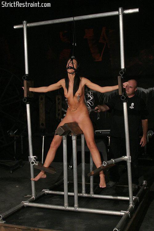 【SMエロ画像】お股が裂けちゃう…楽しいかはその人次第な木馬プレイwww 09