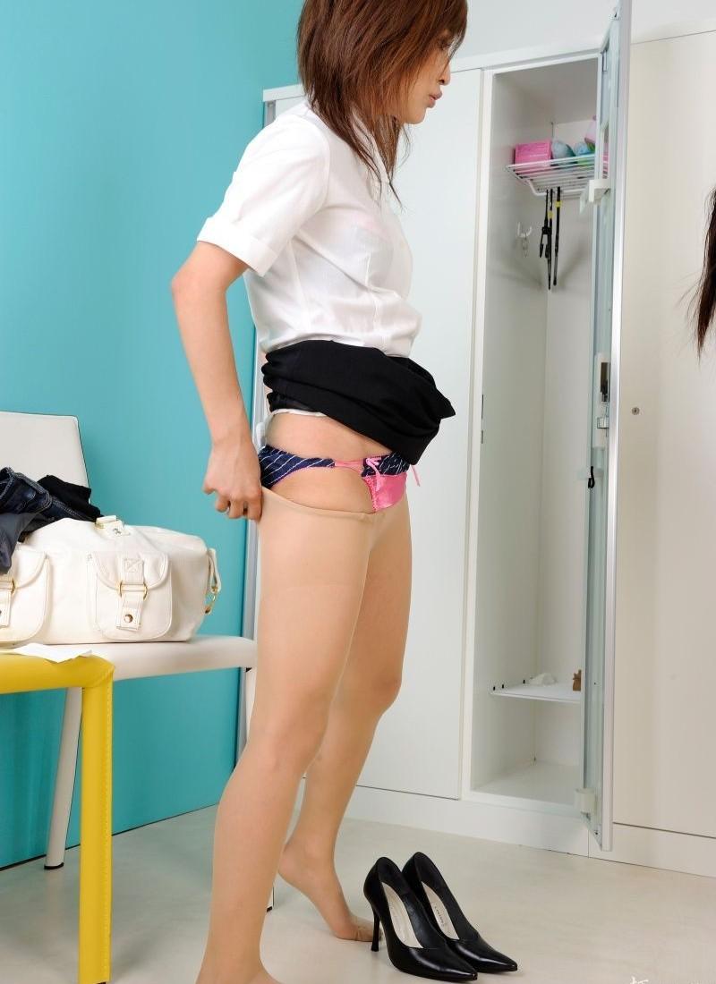 【更衣室エロ画像】全裸になるかは仕事次第w女子のロッカールーム潜入! 10