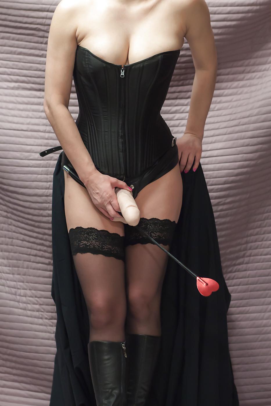 【海外エロ画像】野郎を掘るためのブツですwペニバン装備の女王様たちwww 15