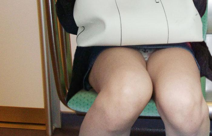 【パンチラエロ画像】見られたら電車移動が楽しくなるw対面座席のパンチラwww 001