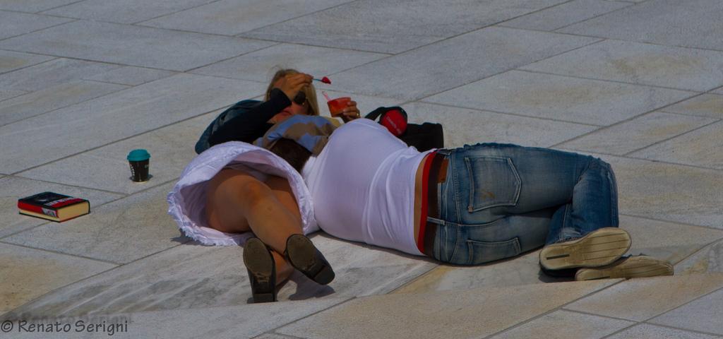 【パンチラエロ画像】ミニ履いてる自覚ゼロ!?寝転んで丸見えな外人さんwww 13