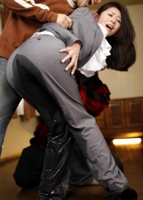 【失禁エロ画像】我慢できなかったの…履いたまま放尿したらこの惨状www 02