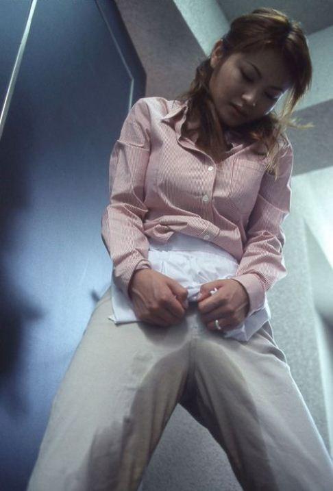 【失禁エロ画像】我慢できなかったの…履いたまま放尿したらこの惨状www 15