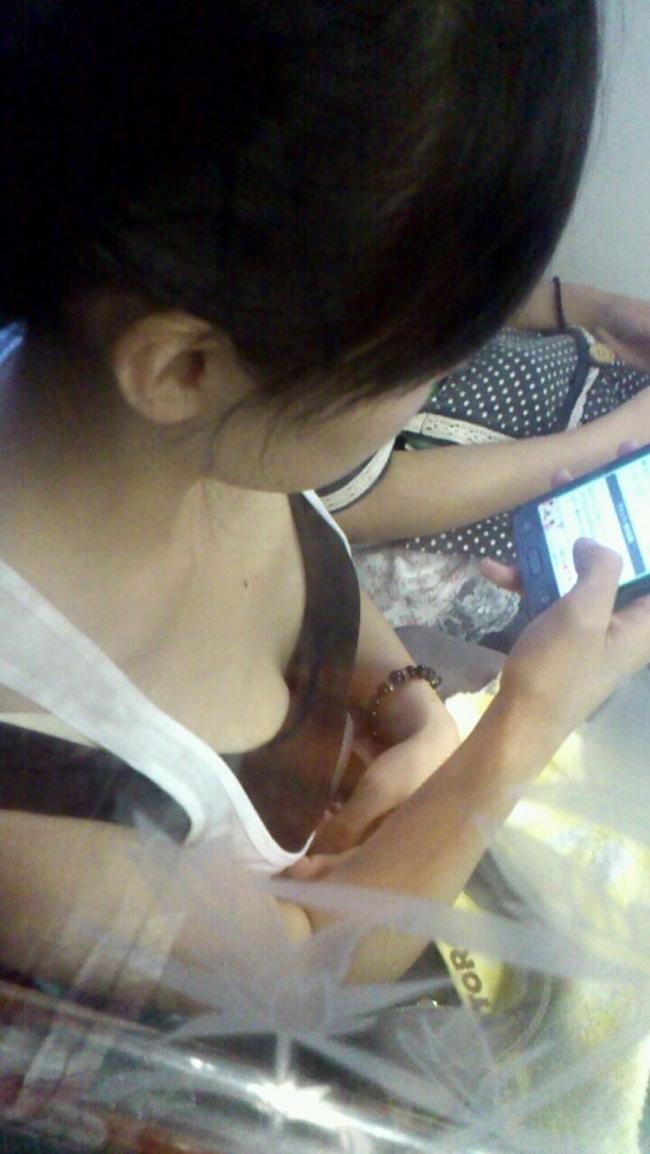 【胸チラエロ画像】満員ならばコレ見て疲れを紛らそうw電車内の胸チラ観察www 08