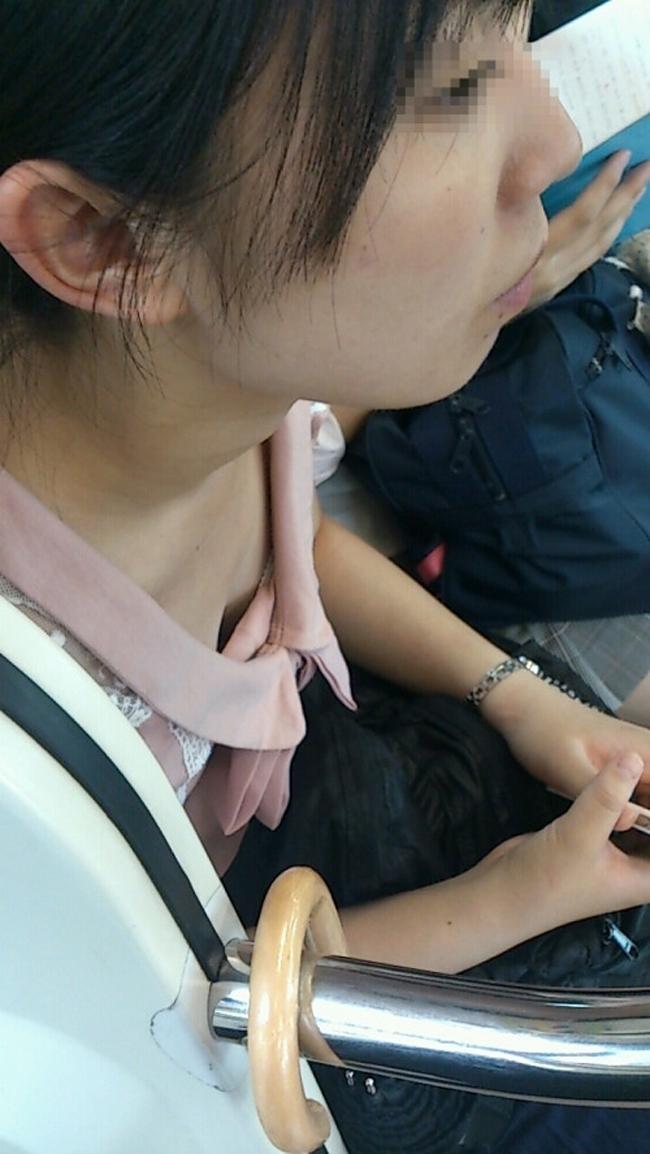 【胸チラエロ画像】満員ならばコレ見て疲れを紛らそうw電車内の胸チラ観察www 11