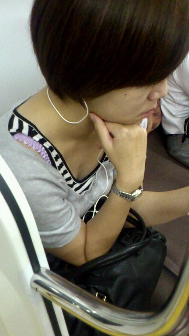【胸チラエロ画像】満員ならばコレ見て疲れを紛らそうw電車内の胸チラ観察www 13
