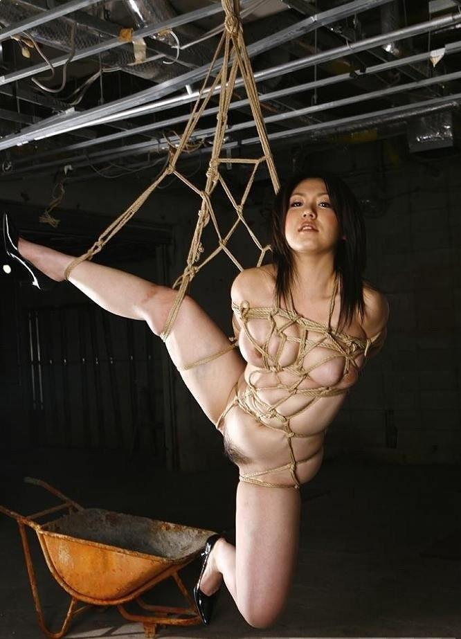 【SMエロ画像】何も手出しがなくとも苦痛…宙吊り緊縛されたM女たちwww 03