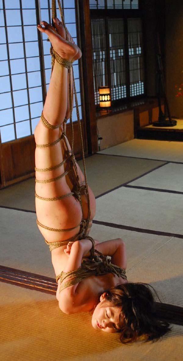 【SMエロ画像】何も手出しがなくとも苦痛…宙吊り緊縛されたM女たちwww 06
