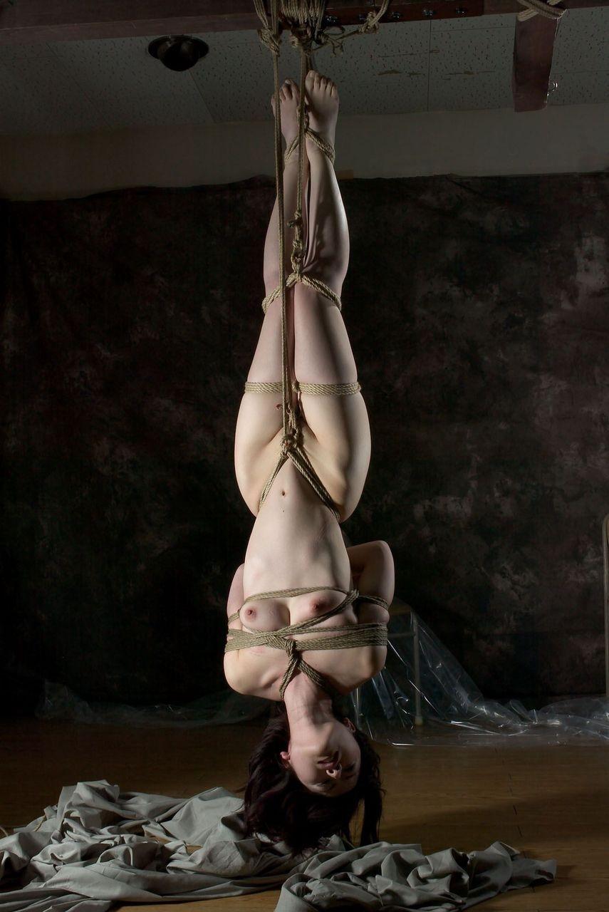 【SMエロ画像】何も手出しがなくとも苦痛…宙吊り緊縛されたM女たちwww 07