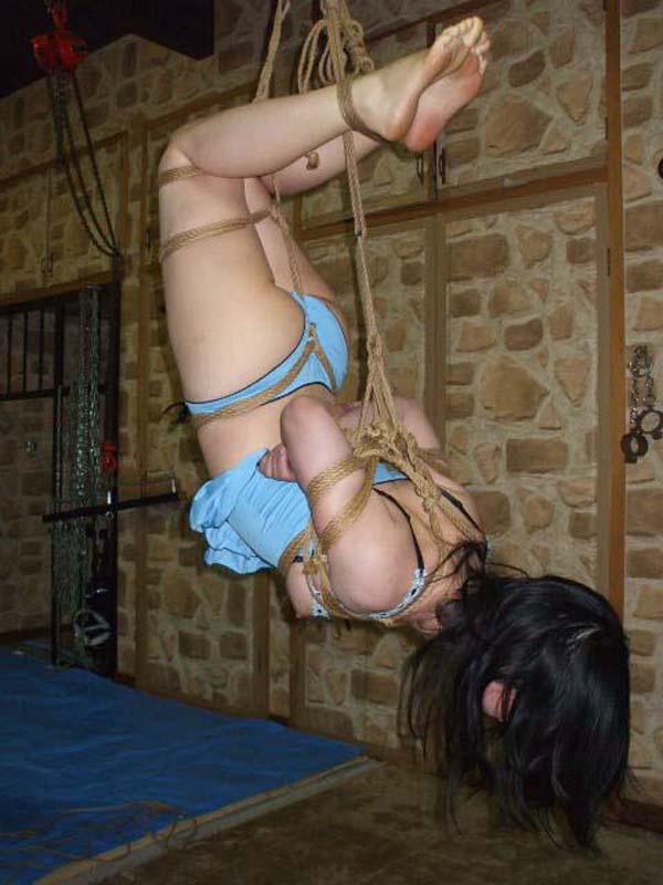 【SMエロ画像】何も手出しがなくとも苦痛…宙吊り緊縛されたM女たちwww 09